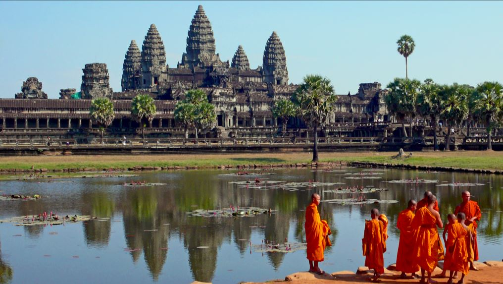 Buddhist_monks_in_front_of_the_Angkor_Wat